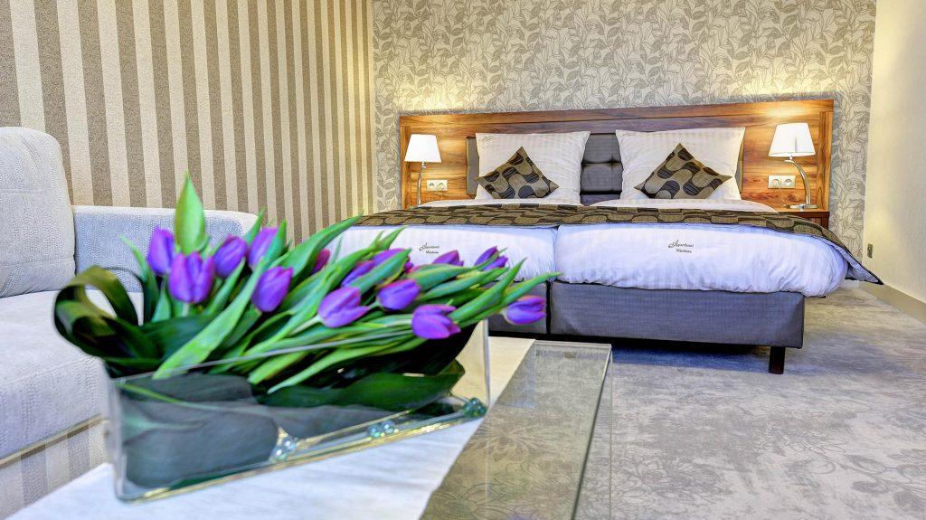 stylowo urządzona sypialnia w apartamencie